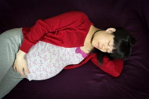 pregnant women sleeping so she can be losing weight after pregnancy
