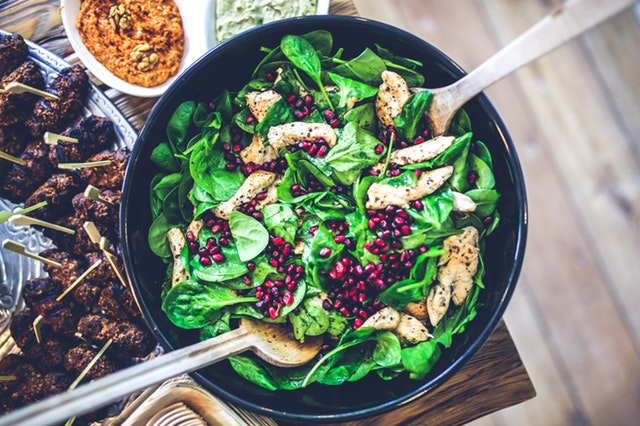 Spinach and chicken salad - eat proteins to increase your muscle definition