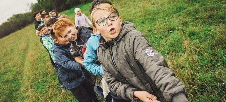kids puling rope