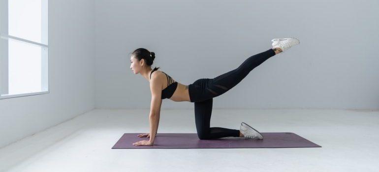 woman doing excercises for thinner waist