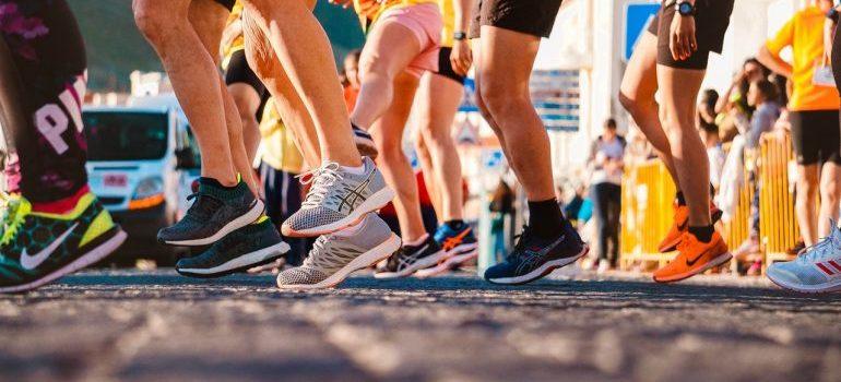 People preparing to run.