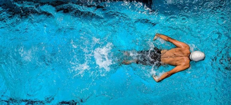 A swimmer swimming fly