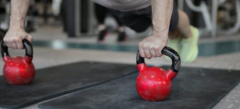 man testing kettlebell workout for beginners