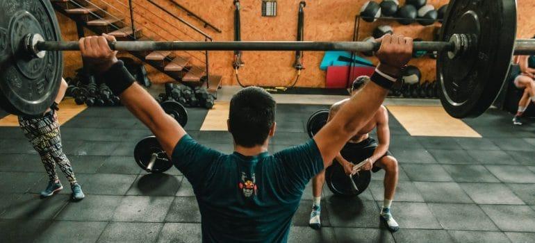 MAn liftin weights at the gym